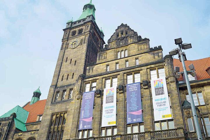Chemnitz grüßt seine Gäste: Plakate am Rathaus kündigen die Veranstaltungen der nächsten Tage an.