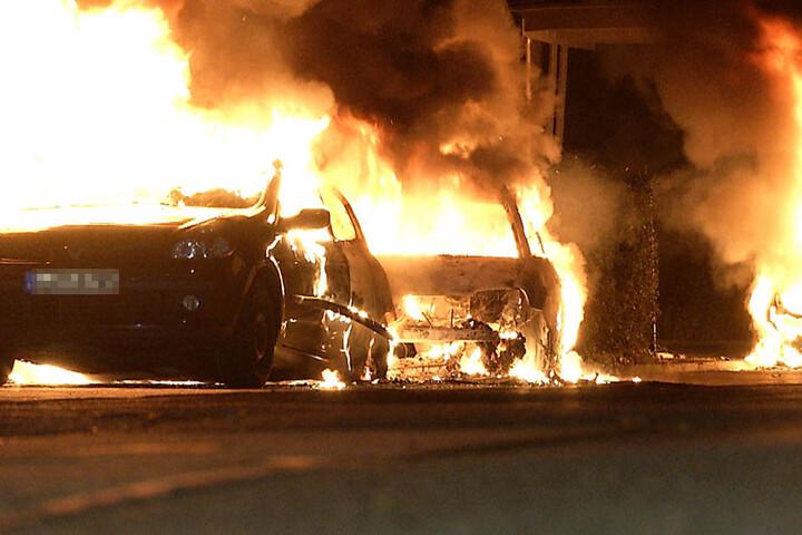 In der Falladastraße brannten drei Autos ab.