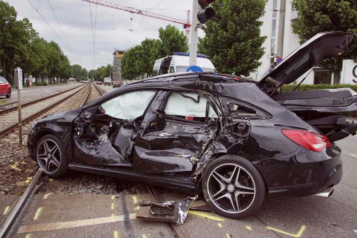 Der Beifahrer (40) musste aus dem Wrack befreit werden.