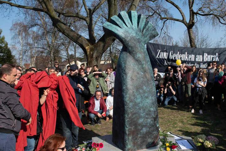 Menschen enthüllen das Denkmal für den auf offener Straße ermordeten Burak B. Der junge Mann war am 5. April 2012 auf einer Straße in Berlin-Neukölln erschossen worden.