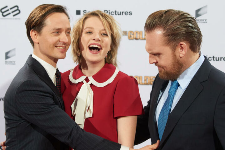 """Die Schauspieler Tom Schilling, Jella Haase und Axel Stein (l-r) kommen zur Filmpremiere """"Die Goldfische"""" auf den roten Teppich ins UCI Luxe Kino."""