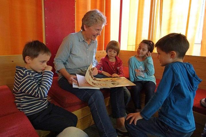 Vorlesestunde! Lesepatin Ute Kleinwächter liest für Theo (6, l.), Shinee (6), Helene (4) und Albrecht (4, v.l.n.r.) in der Stadtbibliothek.