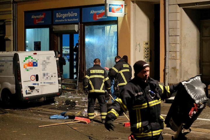 Vermutlich mit einer in einer Mülltonne versteckten Kugelbombe wurde das Döbelner AfD-Büro attackiert.
