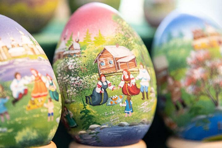 Eier mit gemalten Landschaften auf dem Ostereier-Künstlermarkt im Ostereiermuseum Sonnenbühl.
