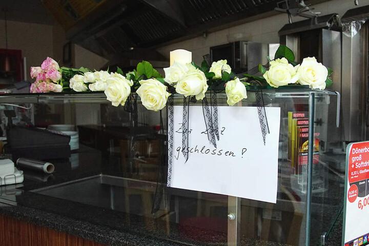 Passanten haben Rosen als Zeichen ihrer Anteilnahme niedergelegt.