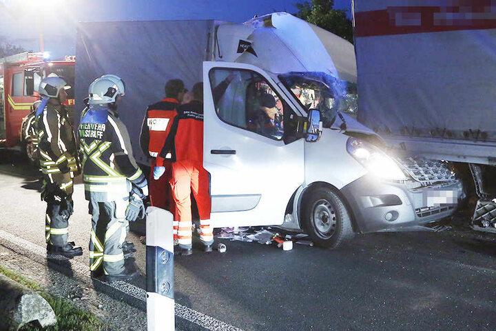 Bei dem heftigen Crash wurde der Fahrer des Renault leicht verletzt.