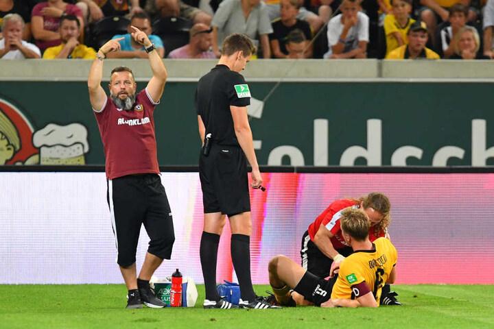 Arzt Attila Höhne zeigt es an: Marco Hartmann muss raus! Der Kapitän verletzte sich in der 42. Minute ohne gegnerische Einwirkung an der Hinterseite des rechten Oberschenkels.