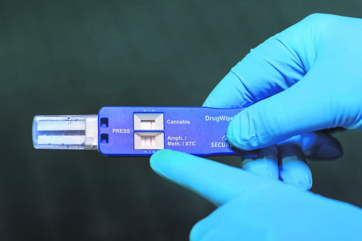 Der Test zeigt es klar an: Der Verdächtige hat Amphetamine oder Crystal konsumiert.