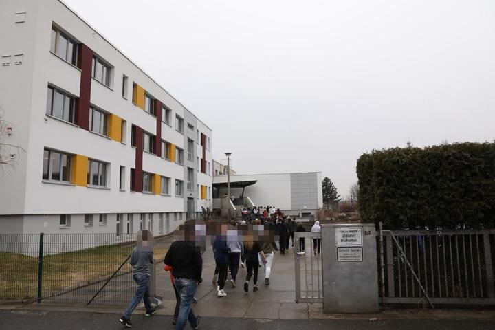 Einige Schüler mussten während der Evakuierung ohne Jacken im strömenden Regen ausharren.