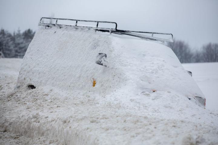 Verunglückte Fahrzeuge vom Vortag bleiben weiterhin im Schnee stecken auf der B 174 bei Großolbersdorf.