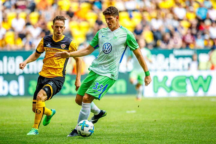 Dynamo-Verteidiger Jannik Müller (l.) hatte Wolfsburgs Starstürmer Mario  Gomez ganz gut im Griff.