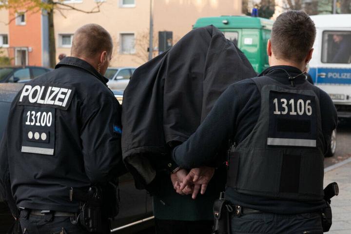 Bei der Razzia gab es insgesamt vier Festnahmen. (Symbolbild)