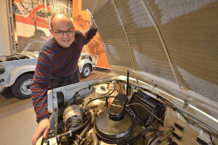 Museums-Chef Thomas Stebich (45) wirft einen Blick auf die Trabant-Geheimwaffe: Einen Trabi mit Wankel-Motor.