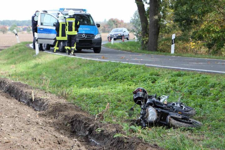 In einer Kurve kam der Biker von der Fahrbahn ab.