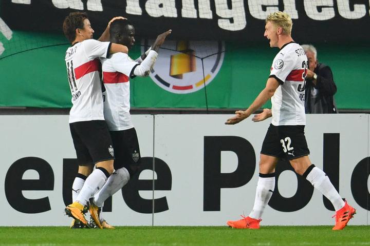 Takuma Asano, Torschütze Chadrac Akolo und Andreas Beck jubeln über das 2:1 für Stuttgart.