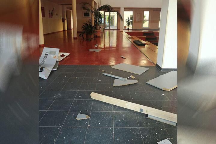 Die Reste der Zwischenwand liegen im Foyer der Wartburgschule.