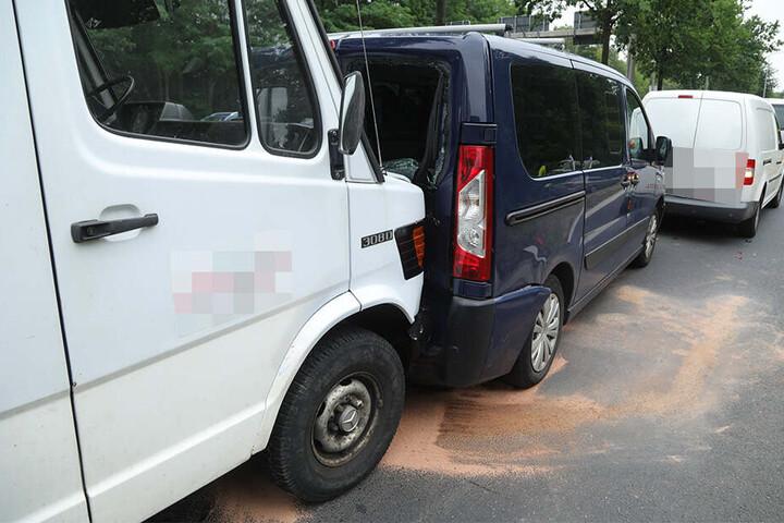 Der Mercedes Kleinlaster schob mehrere Fahrzeuge aneinander.
