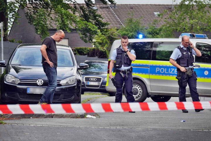 Polizeibeamte untersuchen einen Tatort in Siegen.