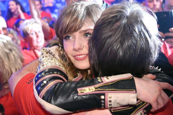 Glücklich wird die Siegerin umarmt.