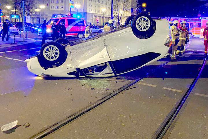 """Ein """"Uber""""-Auto überschlug sich und blieb auf dem Dach liegen."""