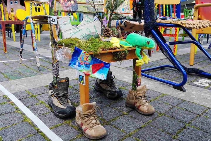 Dieser Stuhl wurde unter anderem mit Moos und Wanderschuhen geschmückt.