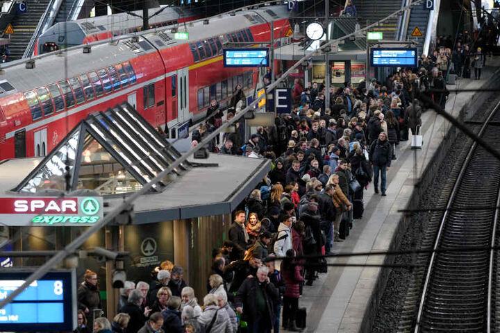 Am Hamburger Hauptbahnhof könnte es am Dienstag eng werden.