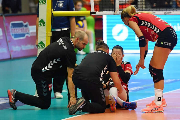 Physiotherapeut Christoph Hartmann, Arzt Attila Höhne und Mareen Apitz kümmern sich um die Verletzte.