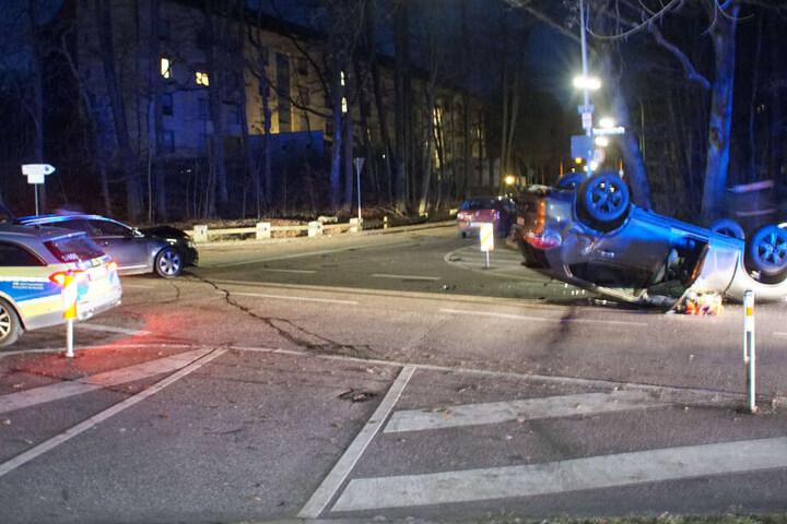 Zwei Autos stießen im Kreuzungsbereich zusammen.