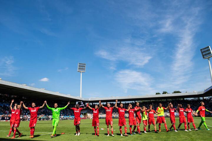 Die FC-Profis feiern den Auswärtssieg.