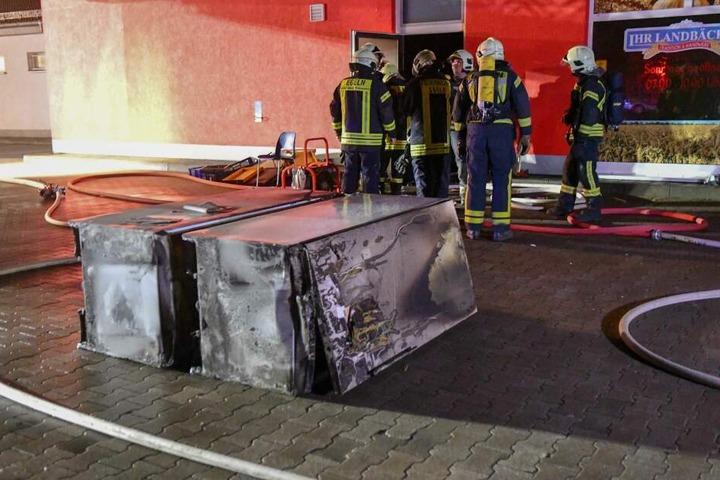 Zwei Kühlschränke sowie ein Schreibtisch waren in Brand geraten.