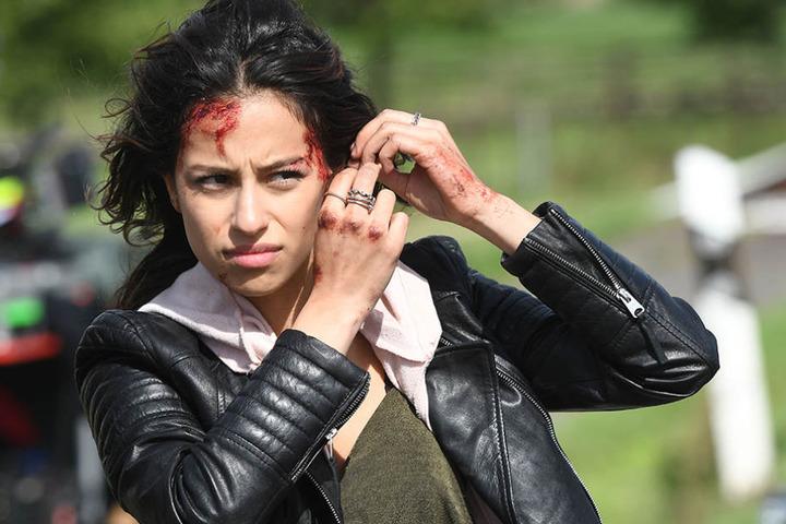 """Die Schauspielerin Gizem Emre probt bei Dreharbeiten zur RTL Krimiserie """"Alarm für Cobra 11"""" eine Szene."""