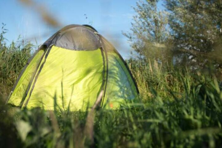 Der Obdachlose lag tot neben seinem Zelt. (Symbolbild)