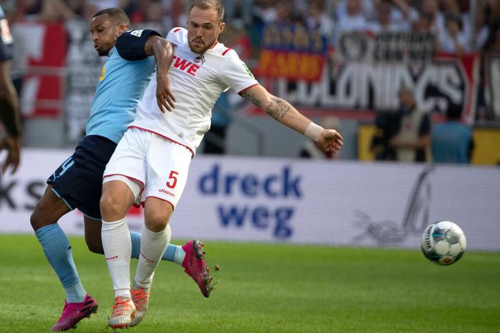 Kölns Rafael Czichos (r.) und der Gladbacher Alassane Plea versuchen, den Ball zu spielen.