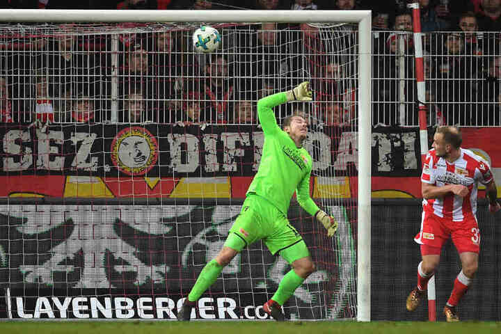 Busk kann den Gegentreffer gegen Ingolstadt nicht verhindern.