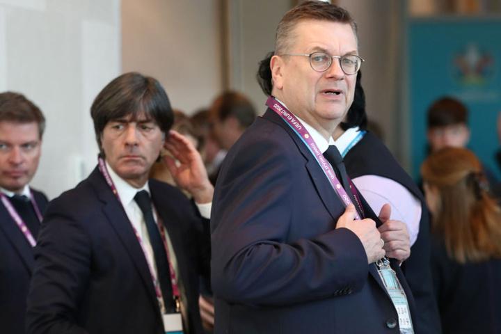 DFB-Präsident Reinhard Grindel (r.), hier mit Bundestrainer Joachim Löw (m.), möchte sachlich über die Reform diskutieren.