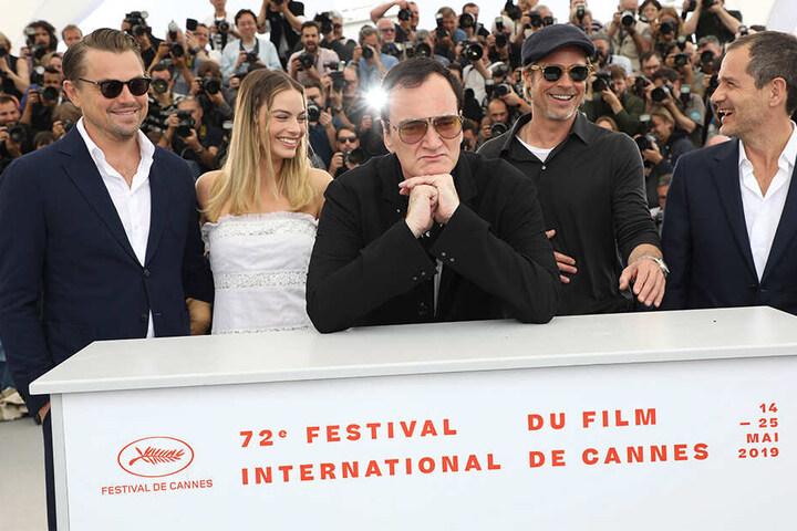 """v.li.: Leonardo DiCaprio, Margot Robbie, Quentin Tarantino, Brad Pitt und der Produzent Heyman stellten im Mai ihren neuen Film """"Once Upon a Time in Hollywood"""" im Rahmen der 72. Internationalen Filmfestspiele in Cannes vor."""