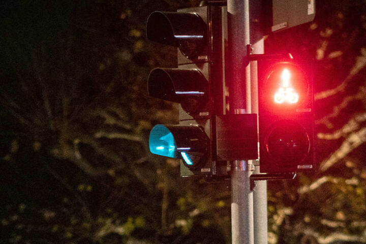 Er fuhr bei rot über die Ampel, jetzt ist der 46-jährige Radfahrer tot. (Symbolbild)