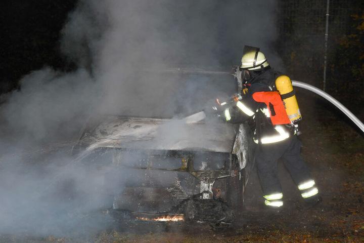 Ein Feuerwehrmann löschte das brennende Fahrzeug aus Nahdistanz.