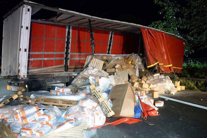 Die 18 Tonnen Ladung verteilten sich auf der Autobahn 2.