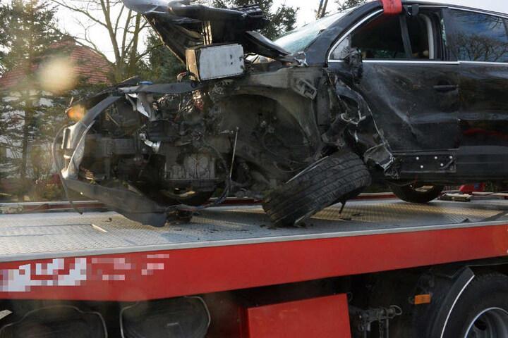 Der VW Tiguan krachte frontal gegen den Truck.