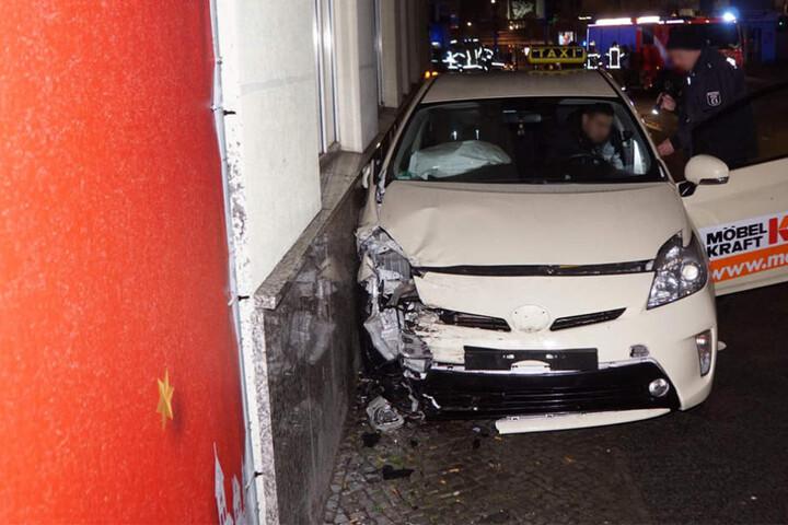 Erst eine Hauswand konnte das Taxi bremsen.