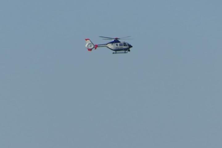 Mit einem Hubschrauber suchte die Polizei am Dienstagabend nach dem 27-Jährigen.
