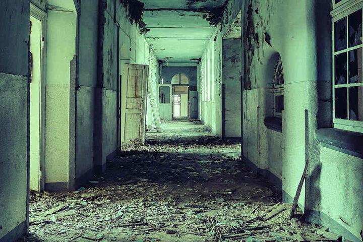 Blick in einen alten Krankenhausflur. Während der Weltkriege diente das Haus  als Lazarett.