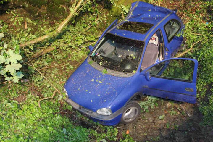Die 19-Jährige Opelfahrerin hatte die Geschwindigkeit nicht an die Witterungsbedingungen angepasst und raste somit die Böschung hinunter.