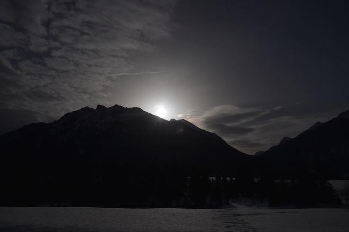 Im Bayrischen Mittenwald: Der Vollmond geht hinter dem Karwendel auf.