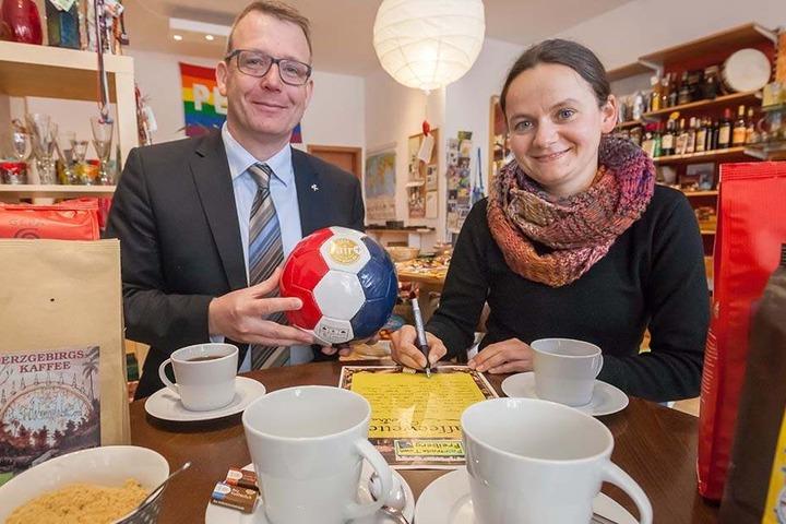 Claudia Hanisch (37) und Oberbürgermeister Sven Krüger (43, SPD) wetten um Kaffee. Verliert der OB, spendiert er Fußbälle.