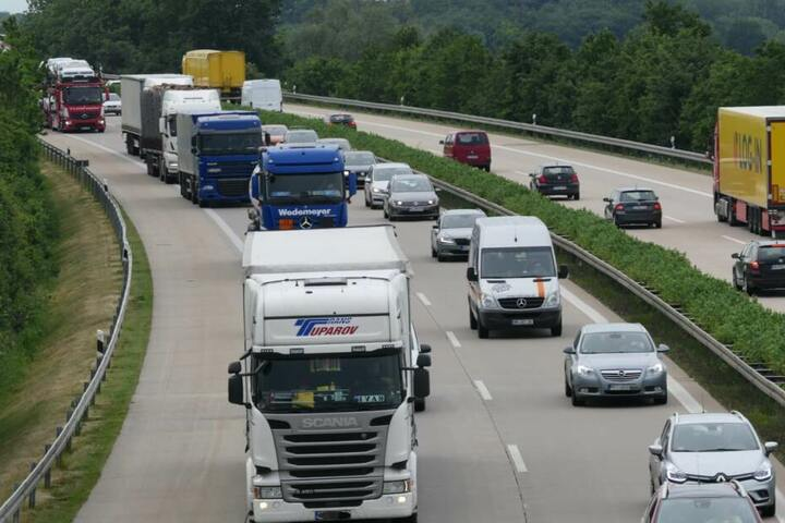 Der Verkehr soll sich derzeit noch um die Unfallstelle stauen.