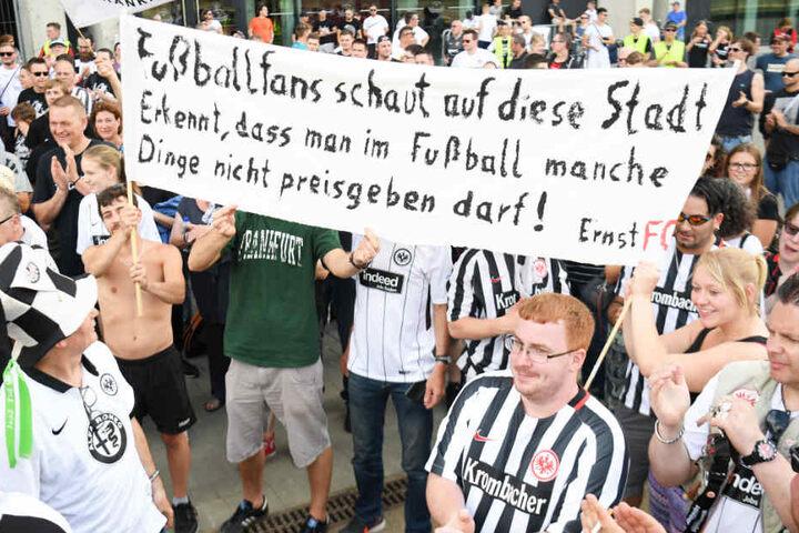 Einige hundert Fans von Eintracht Frankfurt hatten sich zu der Demonstration versammelt.