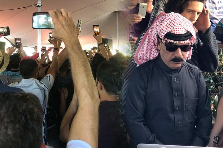Omar Souleyman aus Syrien ließ die Fans am Johannisplatz völlig ausrasten. Alle wollten ein Foto von dem Weltstar.