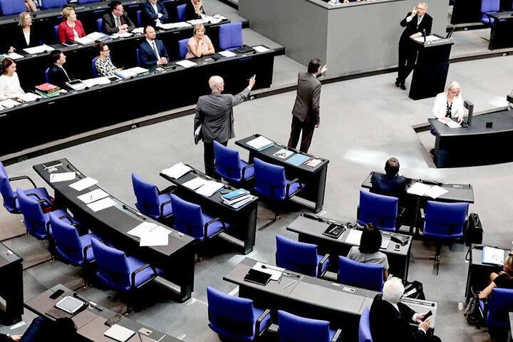 Die AfD-Abgeordneten verließen daraufhin das Parlament.